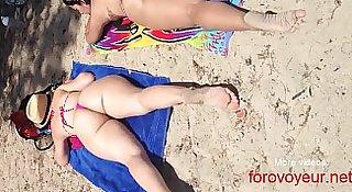 milf con culo grande en la playa